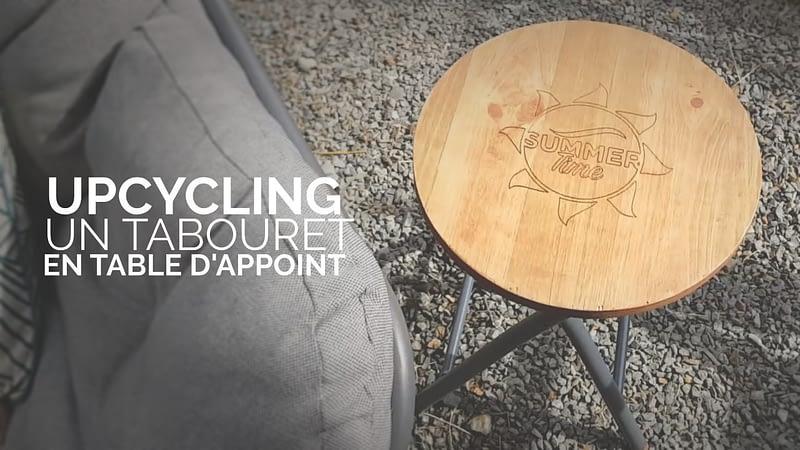 un tabouret en table d'appoint